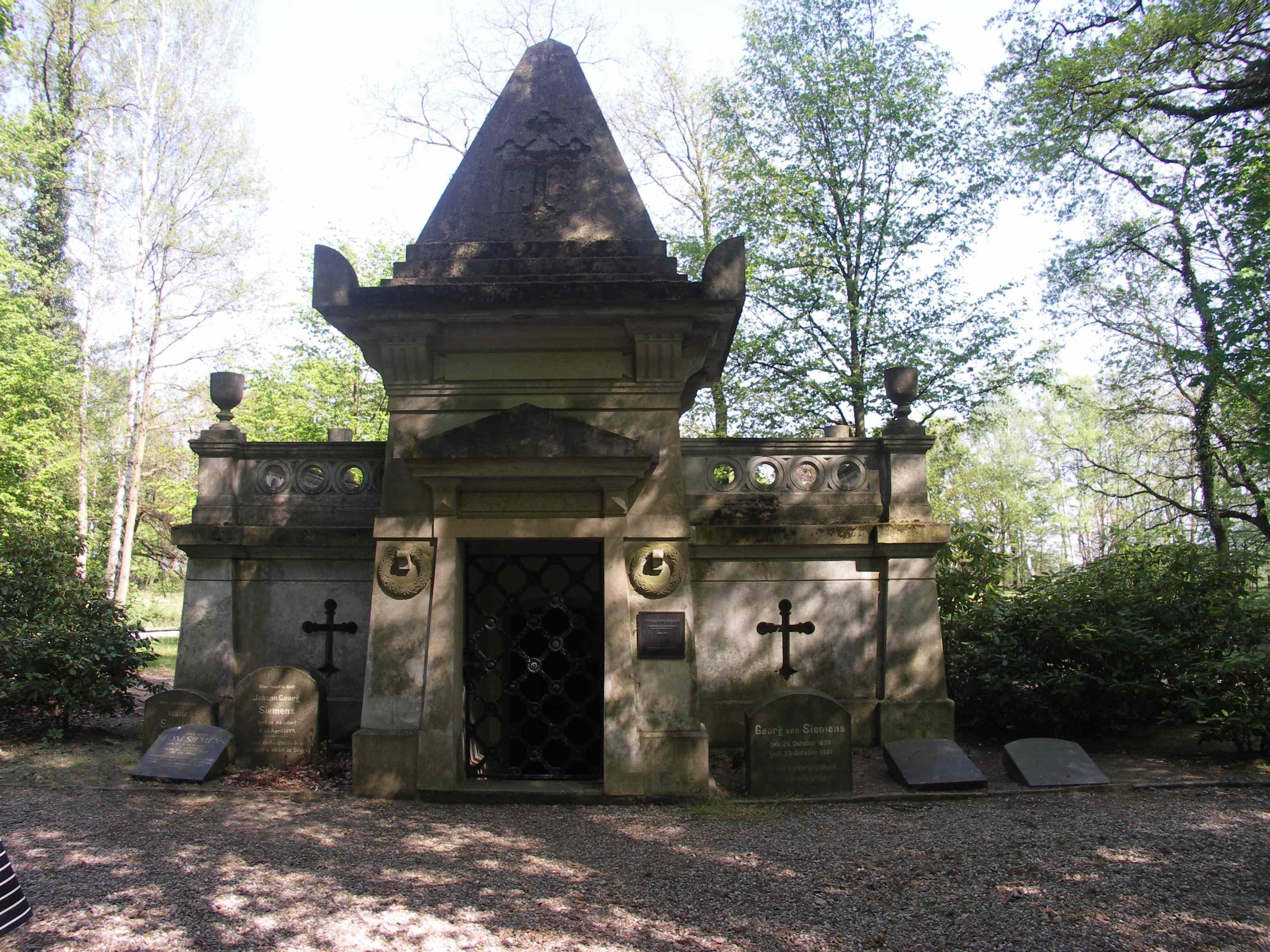 EE-Ahlsdf-Park-Mausoleum.jpg